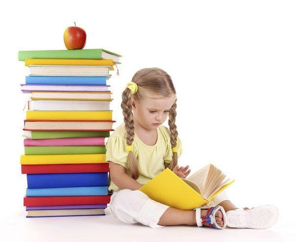 Девочка, читающая книги