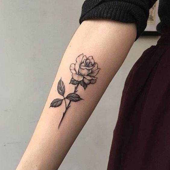 Тату черной розы на руке для женщин