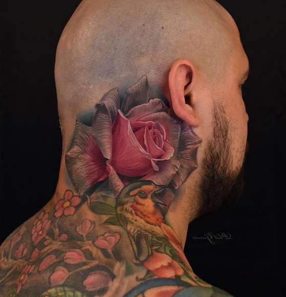 Тату цветной розы для мужчины на шее