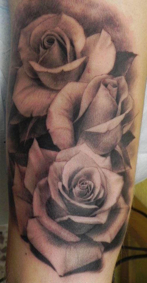 Тату черных роз на руке (бедре) для женщин