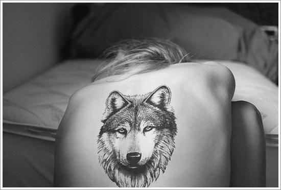 Тату волка на теле, на спине для женщины