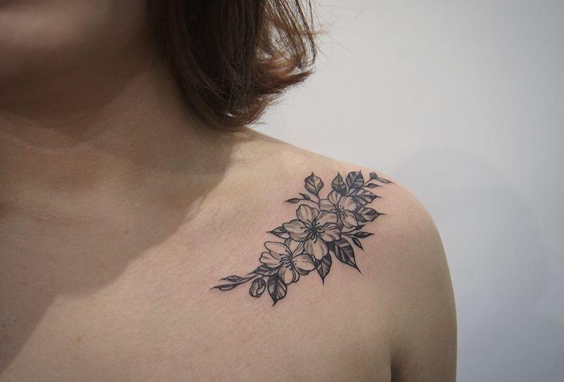 Пионы на плече для девушки, красивое черно-белое тату