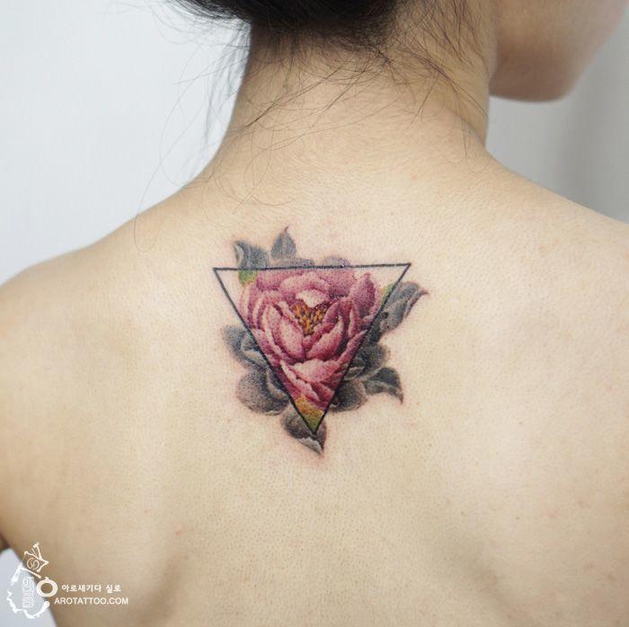 Тату в цвете для девушки на спине