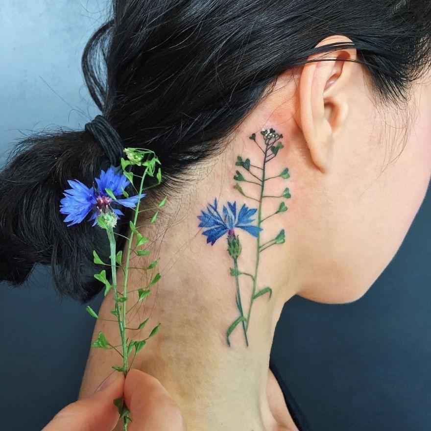 тату цветка на шее для девушки в цвете