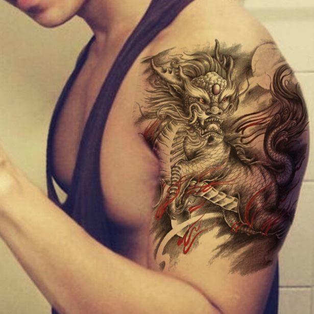 Красивое тату дракона на плече для мужчин и женщин
