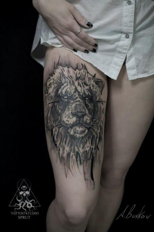 Тату льва на бедре для женщины