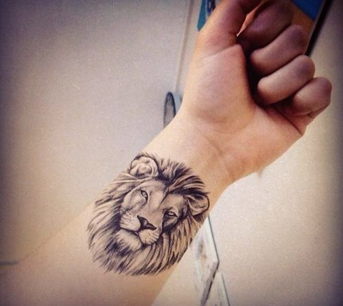 Мини тату льва на запястье