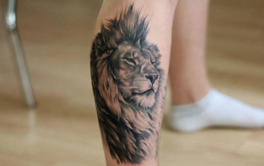 Тату льва на икру на ноге