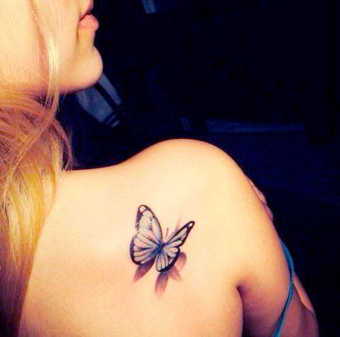 Маленькая бабочка в цвете на девушке