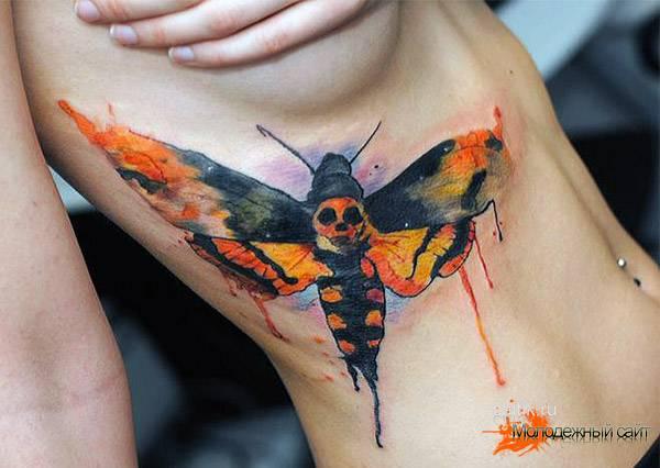 Красивая тату бабочки на ребрах для девушки