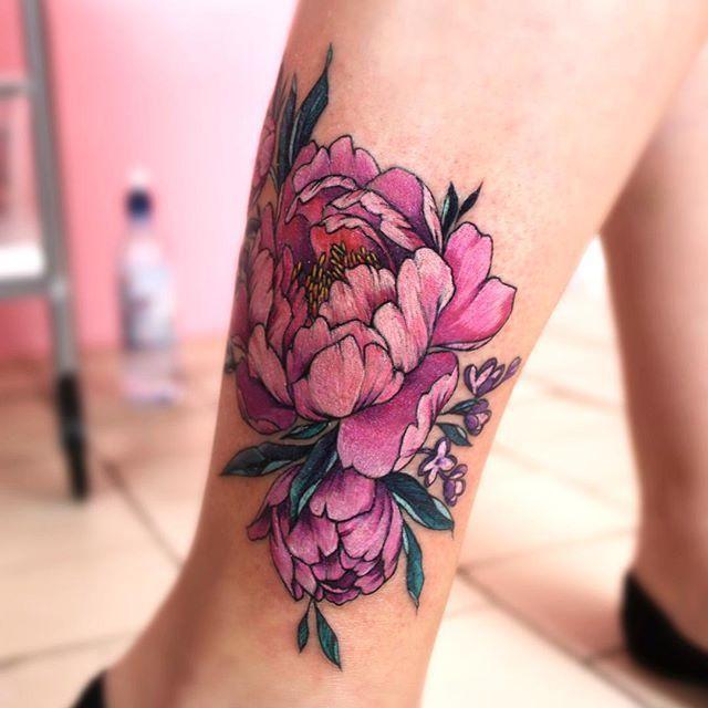 Цветные пионы на ноге