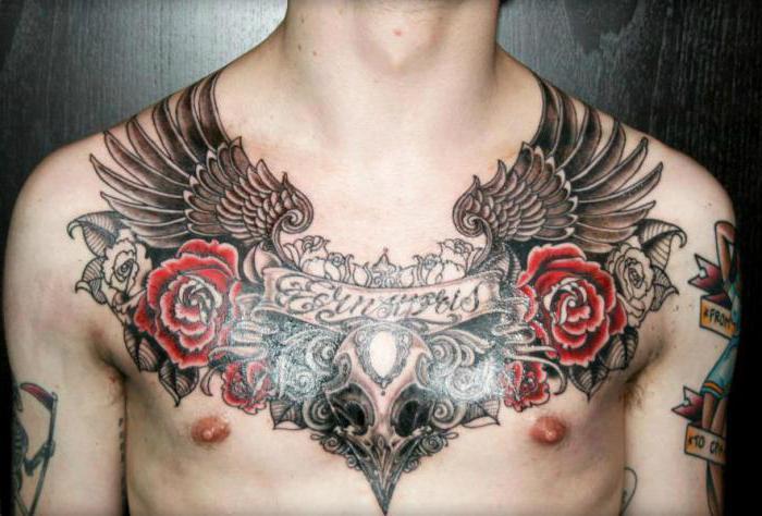 Тату крыльев на грудине с надписью для мужчин