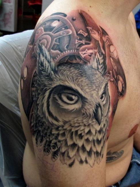 Тату совы на плече