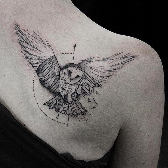 Тату совы в геометрии на спине