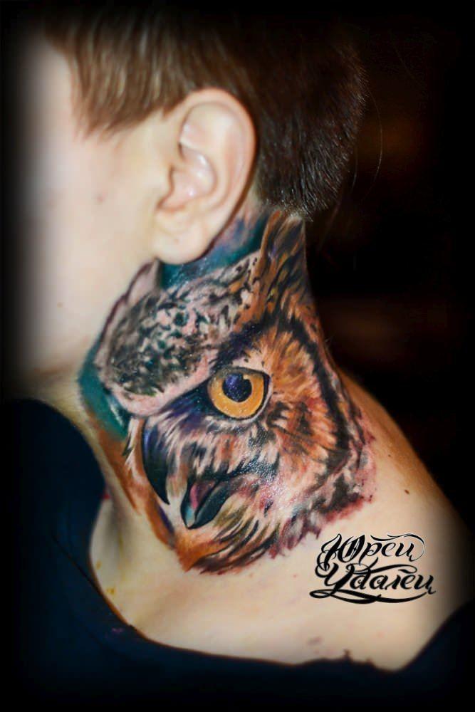 Идея тату для мужчин, тату совы на шее