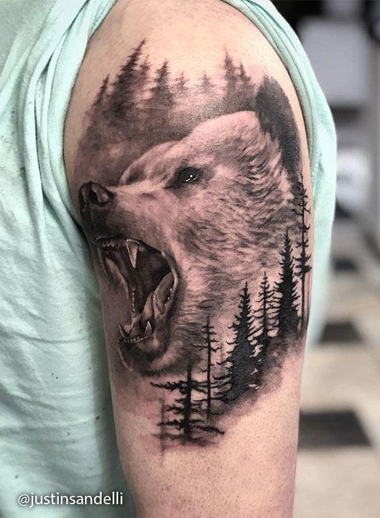 Тату оскала головы медведя в лесу