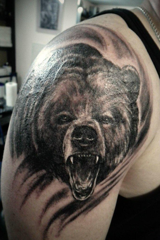 тату на плече у мужчины - медведь с оскалом