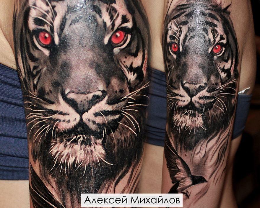 Тату тигра на мужском плече