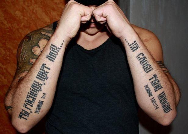 Тату эскиз черной надписи на руке для мужчин, со смыслом