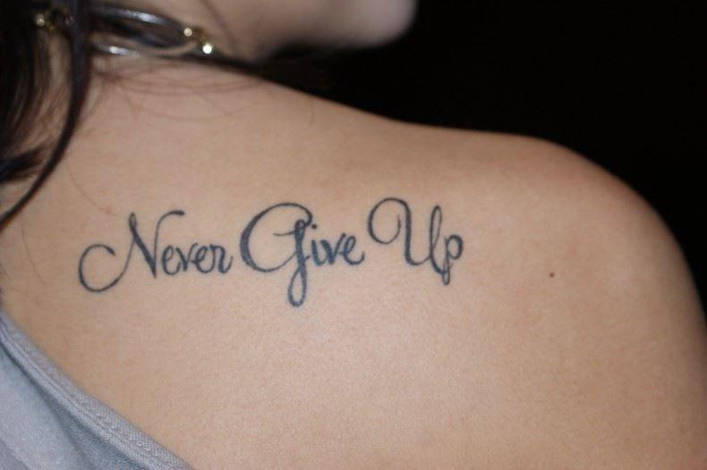 Тату надпись на лопатке - никогда не сдавайся, со смыслом