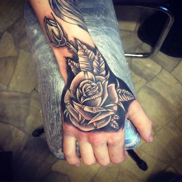 Мужская тату розы черно-белая