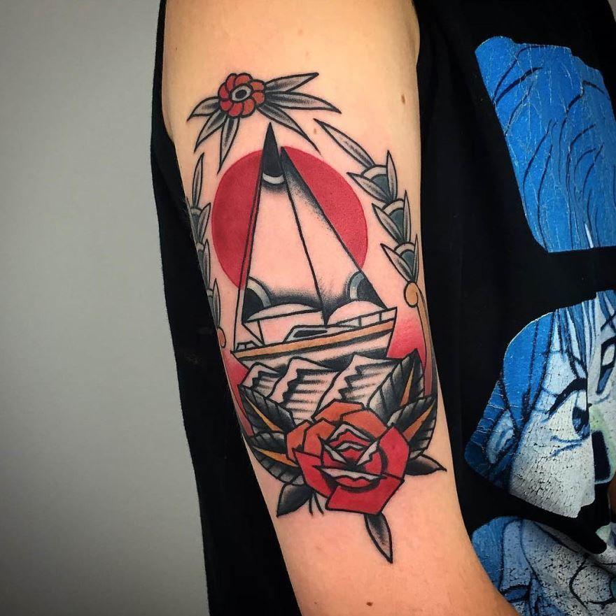 Черно-красная тату на руке