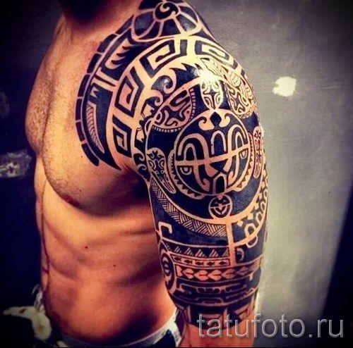 Тату в стиле полинезия на мужском плече