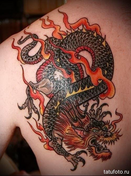 Тату дракона на лопатке для мужчины