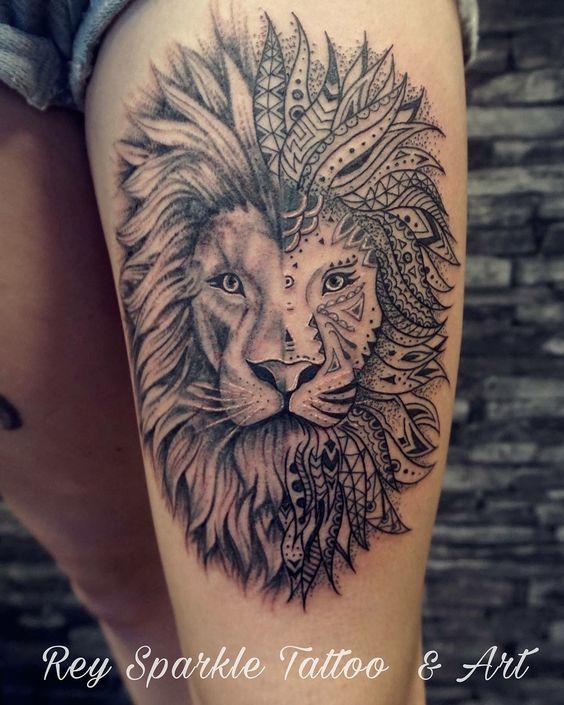 Черная тату льва на бедре наполовину узором