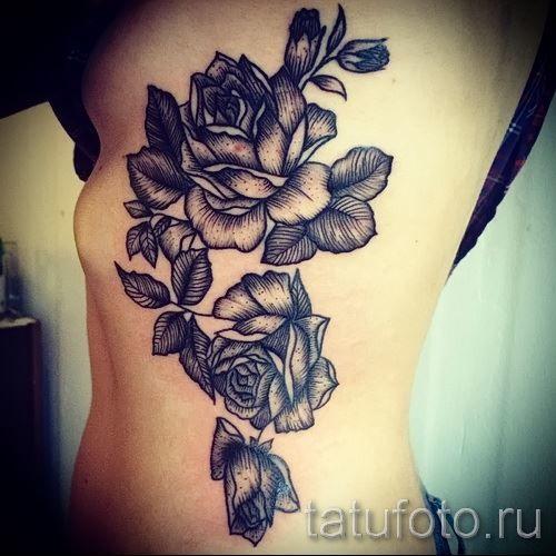Тату черных роз на ребрах у девушки