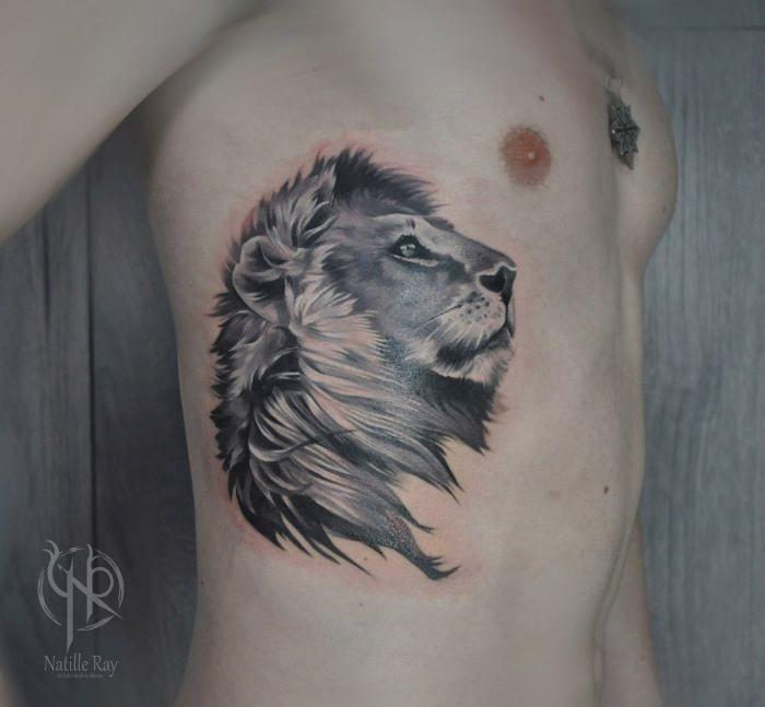 Тату льва на ребрах для мужчины и женщины