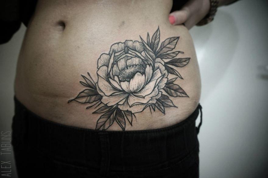 Большая тату цветов на животе для девушки