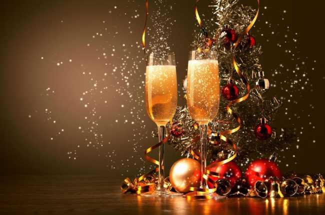 Шампанское в бокалах на новый год с елочными игрушками конфетти и серпантином