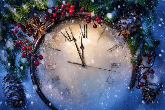 Новогодние часы с елкой на заднем фоне