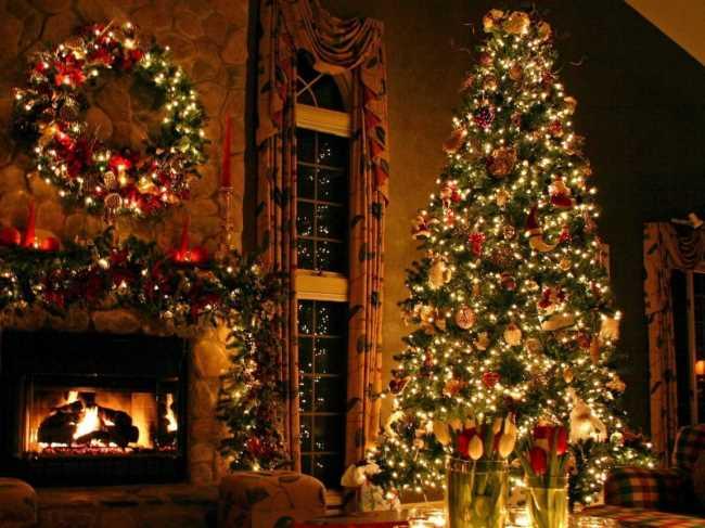 Новогодняя елка с камином, игрушками, гирляндами в очень уютном домике