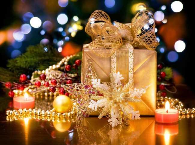 Подарки под елкой на новый год, свечки, бусы, звезда