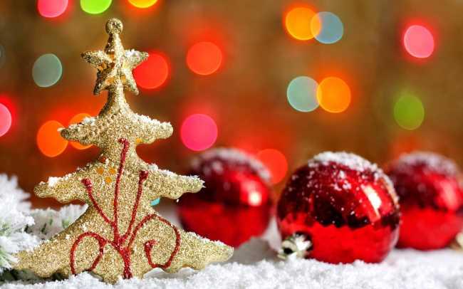 Елка-игрушка на елку на снегу с красными новогодними шарами