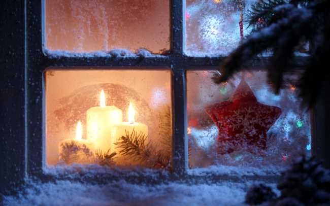 Новогоднее окно с узорами не стекле уютного домика