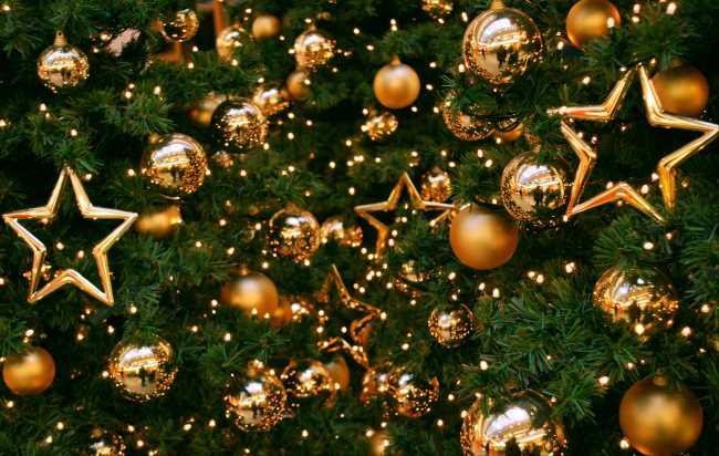 Новогодняя елка, звезды, золотые шары