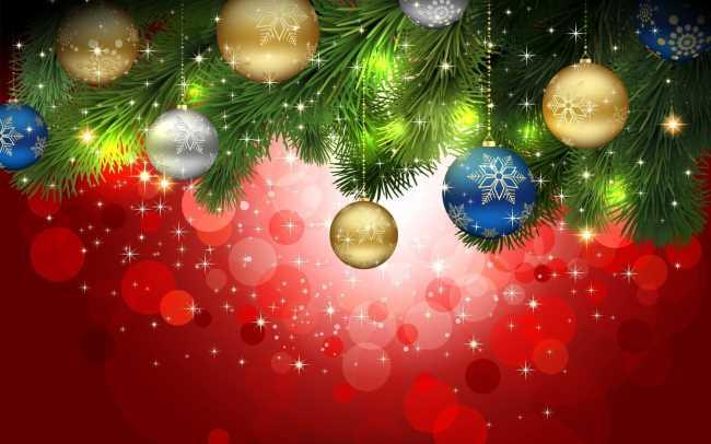 Новогодние разноцветные шары под елкой