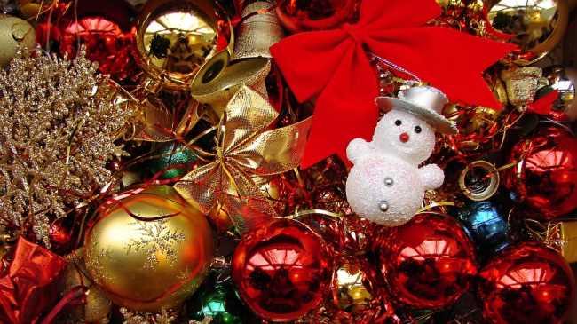 Игрушка снеговик в новогодних елочных шарах