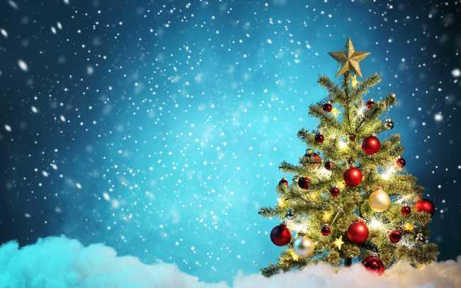 Новогодняя ель на снегу на синем фоне, идет снег