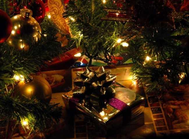 Подарок под елкой с гирляндами