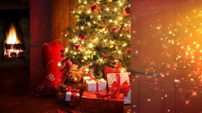 Подарки от деда мороза под домашней новогодней елкой