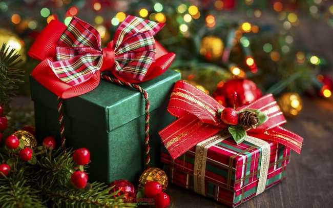 Подарки в коробках под елкой