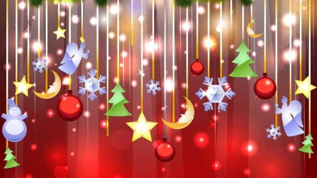 Елочные игрушки под веткой ели, шарики, снежинки, снеговик, ангелочек