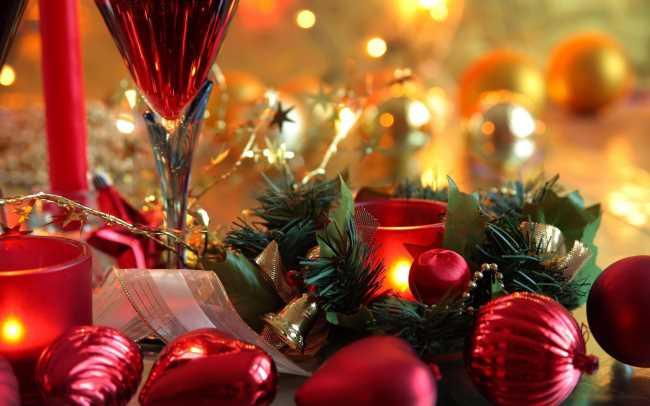 Новогодний стол, бокалы свечи, праздник и хорошее настроение