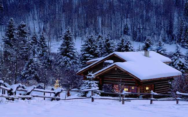 Дома зимой в деревне за городом на природе в ожидании нового года