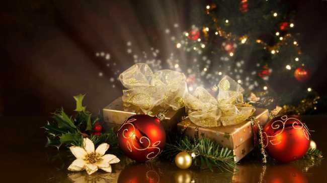 Подарки в коробках под елкой с шариками и цветком