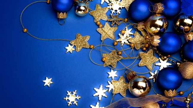 Новогодние елочные шары и звездочки на синем фоне